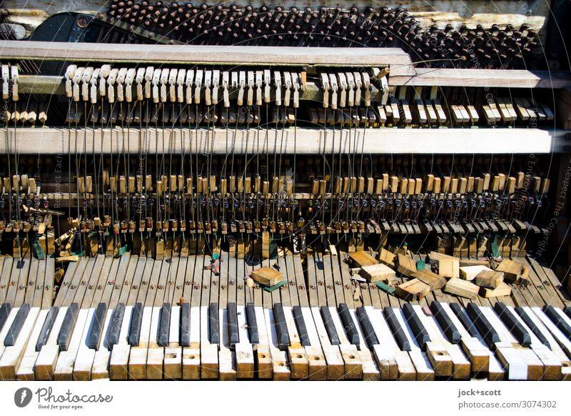 Musik ohne Noten mit desolaten Klavier lost places Klaviatur Saite Holz eckig kaputt trashig viele Stimmung ästhetisch Ende Endzeitstimmung komplex Tod Verfall