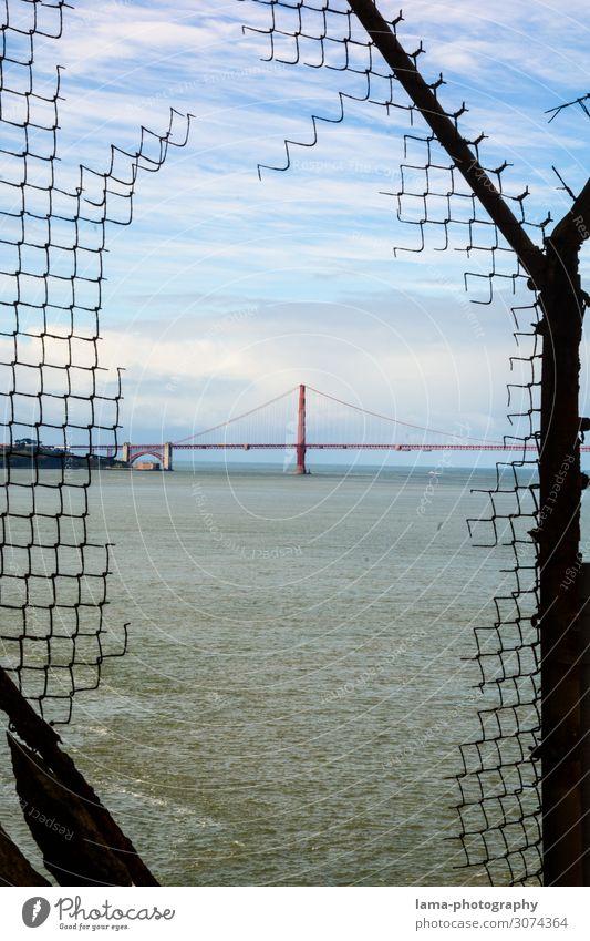 Blick in die Freiheit Ferien & Urlaub & Reisen Meer Architektur Küste USA Brücke Vergänglichkeit Vergangenheit Sehenswürdigkeit Wahrzeichen Bauwerk Amerika