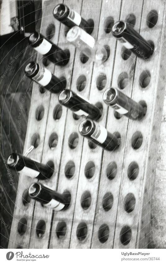 leere Weinflaschen Ständer Regal schwarz weiß obskur Flasche