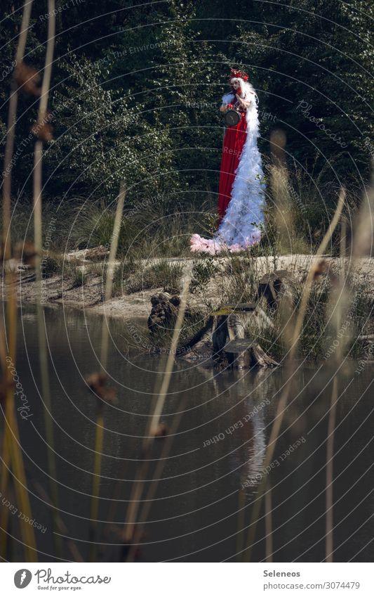 tick tock Sommer Uhr Mensch feminin Frau Erwachsene 1 Umwelt Natur Küste Seeufer Flussufer Kleid weißhaarig Perücke groß Sehnsucht Farbfoto Außenaufnahme