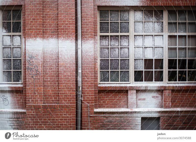 fassade. Maler Jugendkultur Industrieanlage Bauwerk Gebäude Mauer Wand Fassade Fenster Dachrinne Backstein Ornament Graffiti Streifen hässlich verrückt rot weiß