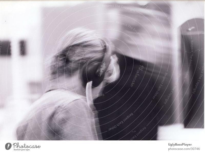 Musik#2 Kopfhörer Frau Kaufhaus schwarz weiß probehören