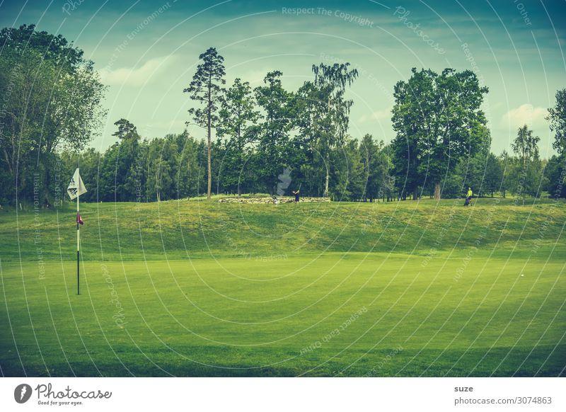 Das Grün liegt bereit Lifestyle Freizeit & Hobby Spielen Minigolf Sommer Sport Ballsport Erfolg Golf Golfplatz Umwelt Natur Himmel Wiese Fahne grün Beginn