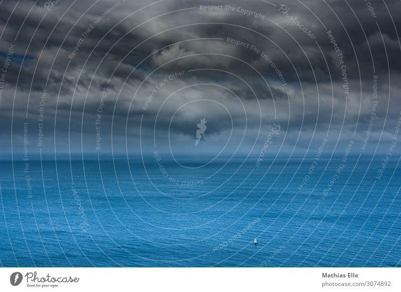 Segelboot allein auf dem Atlantik - Panorama Ausflug Abenteuer Freiheit Kreuzfahrt Sommerurlaub Meer Insel Wellen Wassersport Landschaft Himmel Wolken