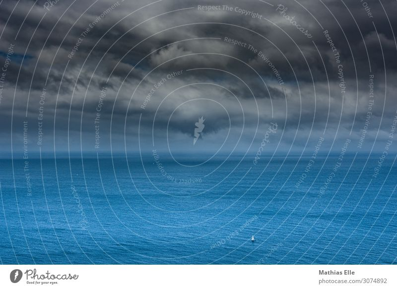 Segelboot vor Unwetter Himmel Wasser Landschaft Meer Wolken Freiheit Wasserfahrzeug Ausflug Horizont Wellen Insel Abenteuer Wind nass Klima Sommerurlaub