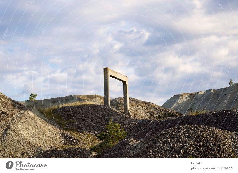 Tor ins Nichts Ferien & Urlaub & Reisen Sommer Gras Stein Sand Tür stehen Beton Hügel Sommerurlaub Schweden Kies Nordeuropa Gotland