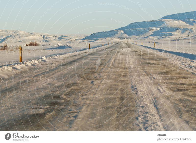 geradeaus Ferien & Urlaub & Reisen Landschaft Einsamkeit ruhig Winter Ferne Berge u. Gebirge Straße Umwelt kalt Wege & Pfade Schnee Horizont Insel Abenteuer