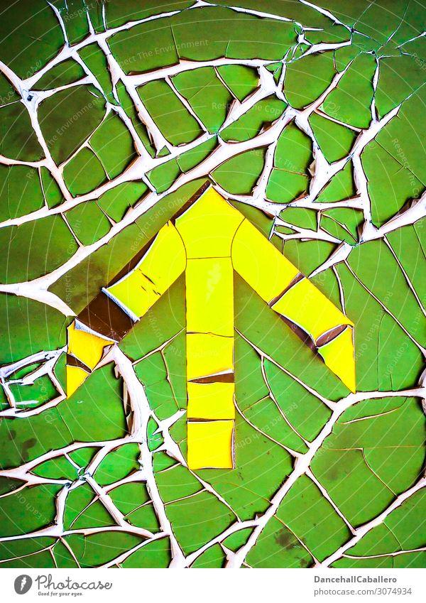 retro Pfeil... Zeichen Schilder & Markierungen alt kaputt gelb grün altehrwürdig abblättern Verfall Richtung richtungweisend geradeaus oben Lack Farbe