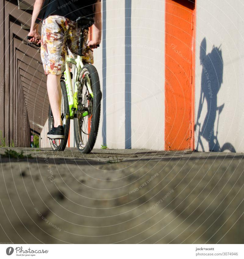 Radler Freude Fahrradtour maskulin Beine 1 Mensch Schönes Wetter Charlottenburg Mauer Wand Kolonnaden Boden Wege & Pfade Mountainbike Stoff Shorts Turnschuh