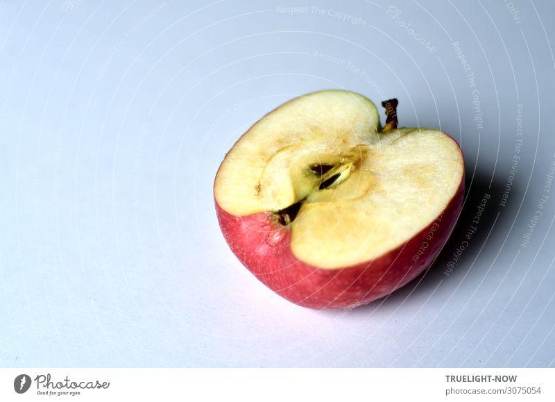 Ein halber Apfel Lebensmittel Frucht Ernährung authentisch einfach fest Gesundheit gut lecker natürlich rund saftig sauer süß braun grau rosa rot weiß Energie