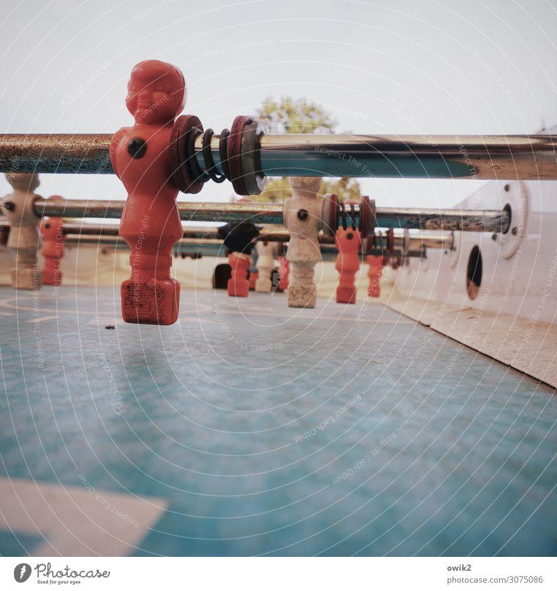 Sportsfreunde Figur Tischfußball Spielfeld Spielplatz Spielfigur sportlich Metall Kunststoff viele beweglich Farbfoto Gedeckte Farben Außenaufnahme Nahaufnahme