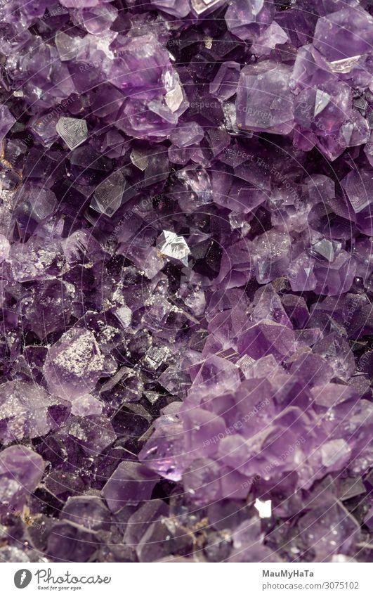 verträumter violetter Amethystkristall-Hintergrund schön Wissenschaften Natur Felsen Schmuck Stein glänzend dunkel hell natürlich schwarz weiß Farbe Kristalle