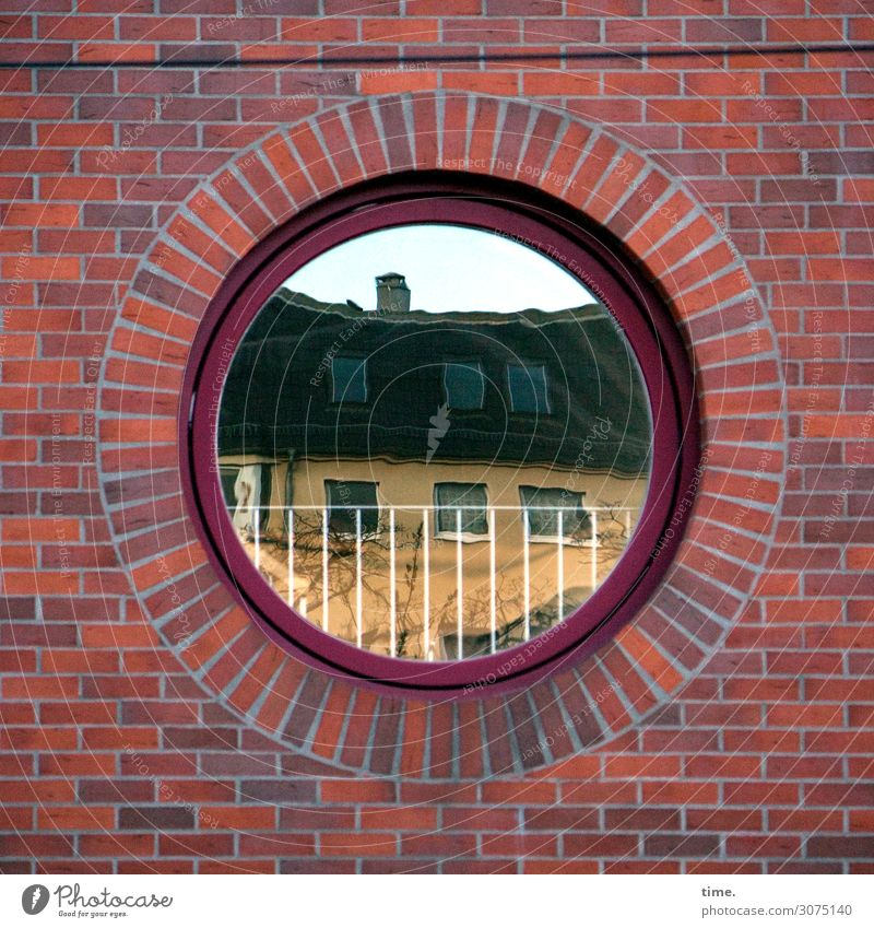 lookin' back at me to see me lookin' back at you Berlin Stadtzentrum Haus Mauer Wand Balkon Fenster Dach Backstein Backsteinwand Backsteinfassade Backsteinhaus