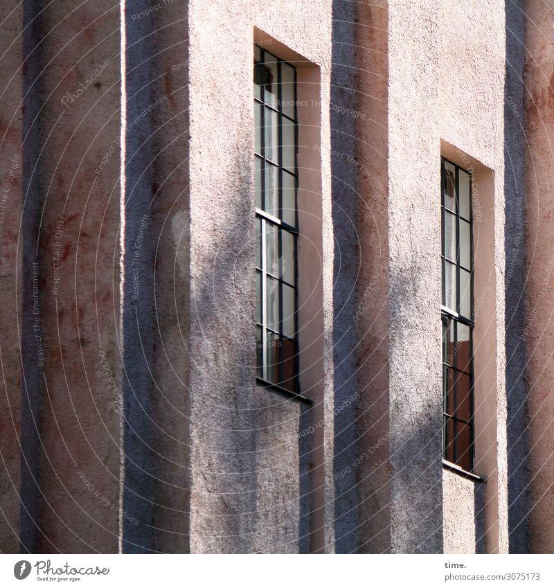 Stein-Glas-Gemisch Haus Bauwerk Gebäude Architektur Fassade Fenster Beton dunkel fest hell historisch hoch Originalität trashig trist Stadt rosa Sicherheit