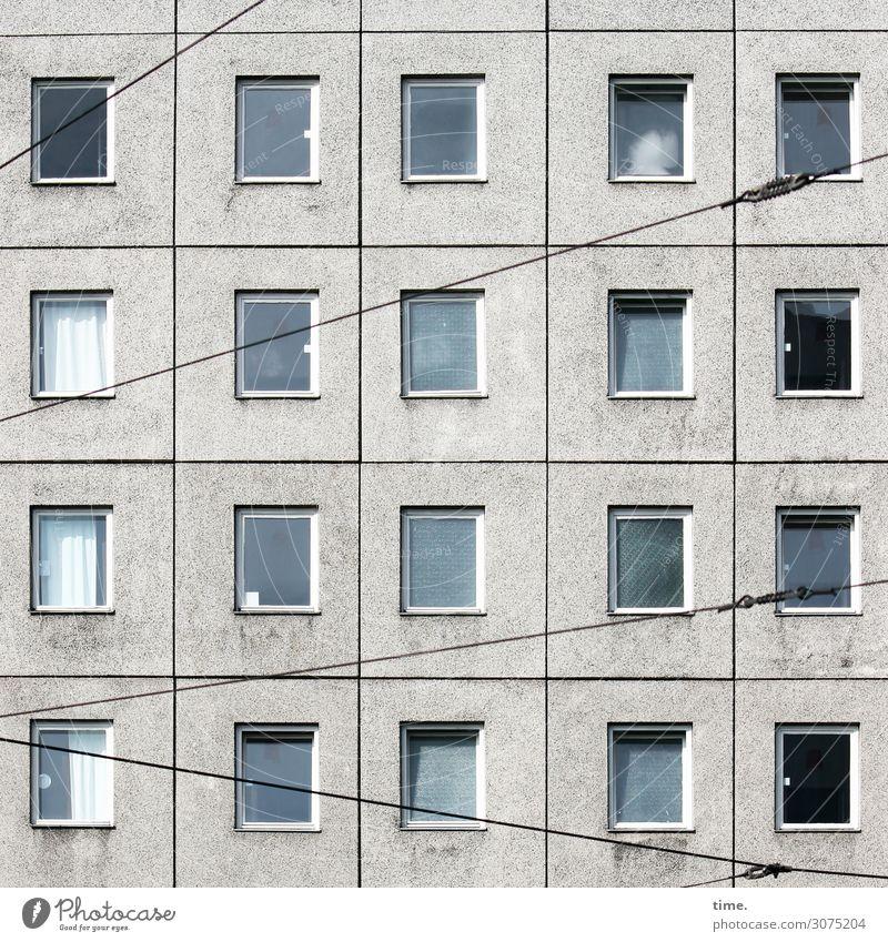 Strippen vorm Haus Stadt Einsamkeit Fenster Berlin Stein Fassade Design hell Linie Verkehr Hochhaus Technik & Technologie trist Beton Sicherheit