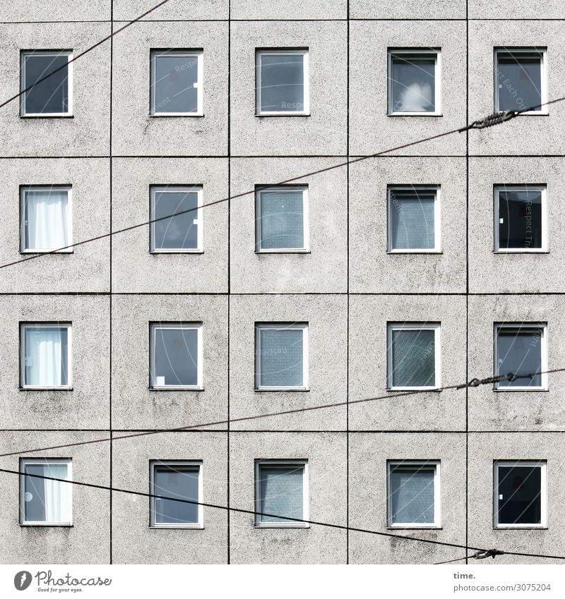 Strippen vorm Haus Technik & Technologie Drahtseil Oberleitung Berlin Hochhaus Fassade Fenster Gardine Fensterscheibe Verkehr Schienenverkehr Straßenbahn Stein