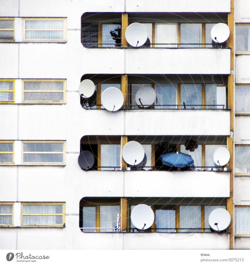 Nachbarschaften (IV) Häusliches Leben Vorhang Gardine Sonnenschirm Berlin Stadtzentrum Haus Hochhaus Architektur Mauer Wand Fassade Balkon Fenster Tür