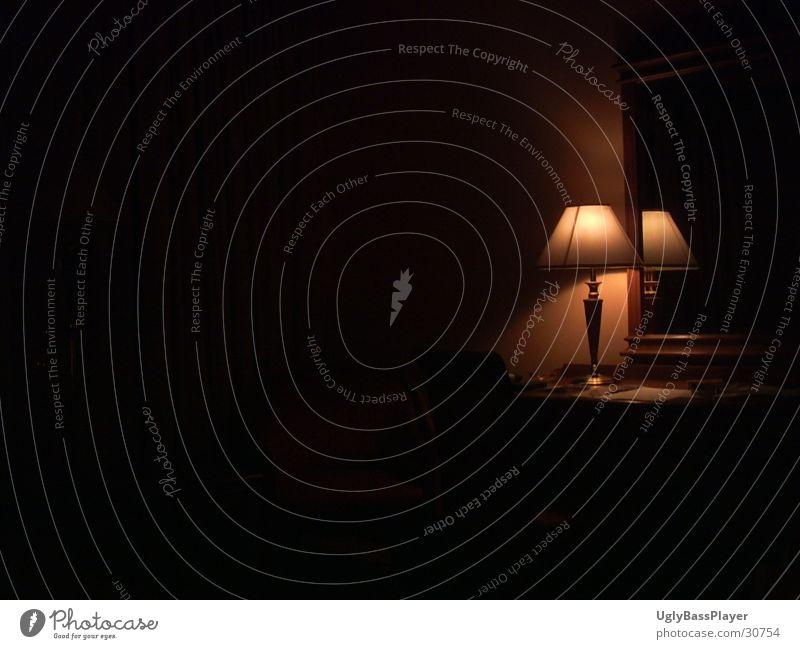 einsame Lampe dunkel schwarz Häusliches Leben Kontrast Regenschirm Schatten
