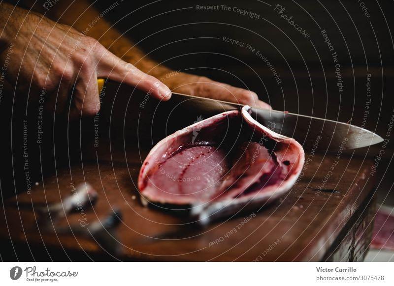 ein Fischhändler, der einen Fisch auf dem Markt zerlegt. maskulin Arbeit & Erwerbstätigkeit authentisch einfach frisch nah Farbfoto Innenaufnahme
