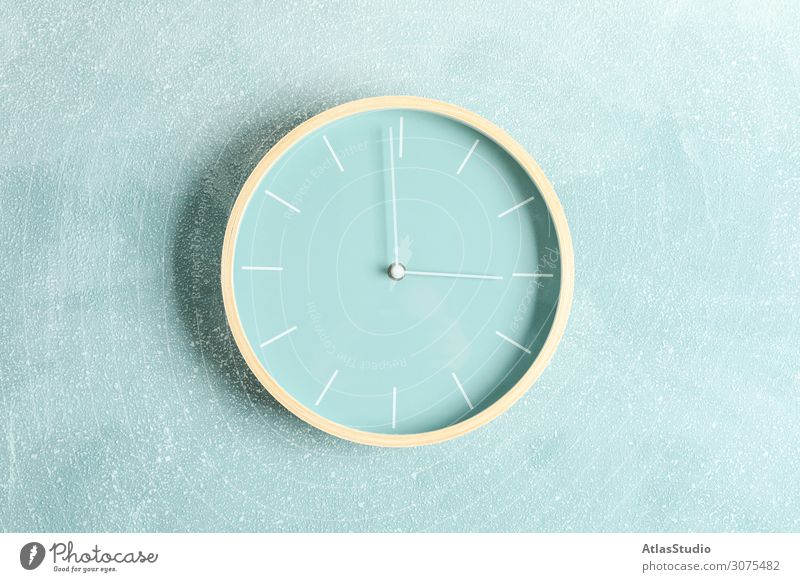 Große schöne Uhr auf farbigem Hintergrund, Platz für Text Wandel & Veränderung schließen Farbe Ton Wohnungsinterieurs groß Konzept Kopie sich[Akk] ändernd rot