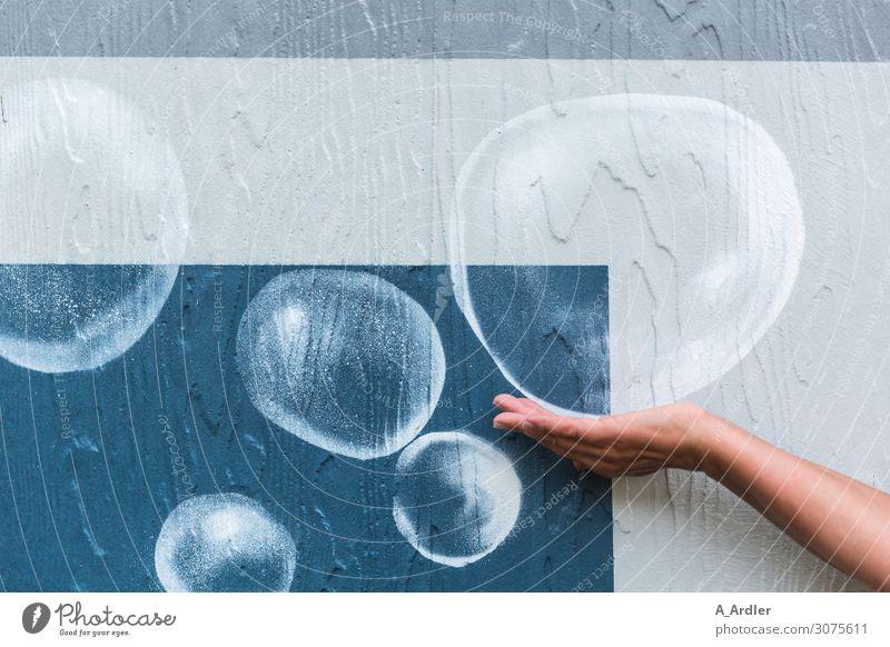 Luftblasen an der Wand Spielen Freiheit Arme Hand Kunst Maler Kunstwerk Schwimmbad Mauer Fassade Beton Zeichen Ornament Graffiti Kugel Tropfen Blase Seifenblase