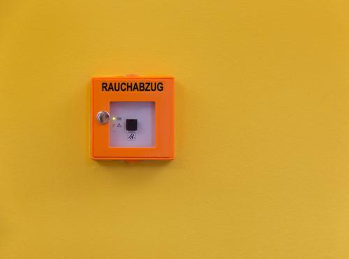 Rauchabzug Abgas Schornstein Leuchtdiode Gebäude Wand Stein Kunststoff Zeichen Schriftzeichen Schilder & Markierungen Hinweisschild Warnschild berühren trist