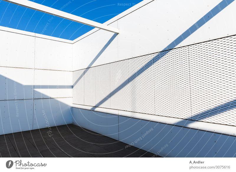 Schattenspiel Architektur Menschenleer Bauwerk Gebäude Mauer Wand Fassade Balkon Terrasse Dach Stein Beton hell blau grau schwarz weiß Design Einsamkeit Ende