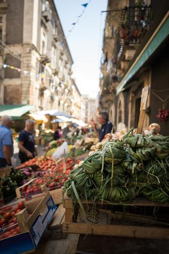 Marktstand Lebensmittel Gemüse Frucht Ernährung Mensch maskulin 3 Catania Italien Stadt Haus Gebäude kaufen Neugier Konkurrenz Mittelstand