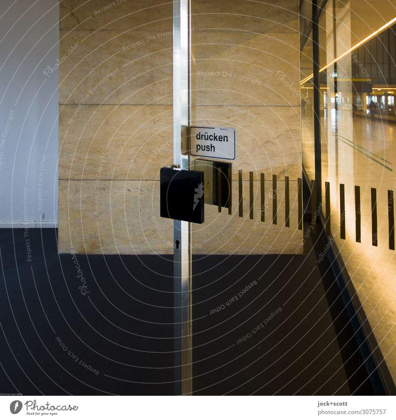 pushen Berlin-Tempelhof Gebäude Abflughalle Mauer Wand Tür Raum Griff Schriftzeichen Hinweisschild Warnschild Linie einfach frei retro Stimmung Akzeptanz