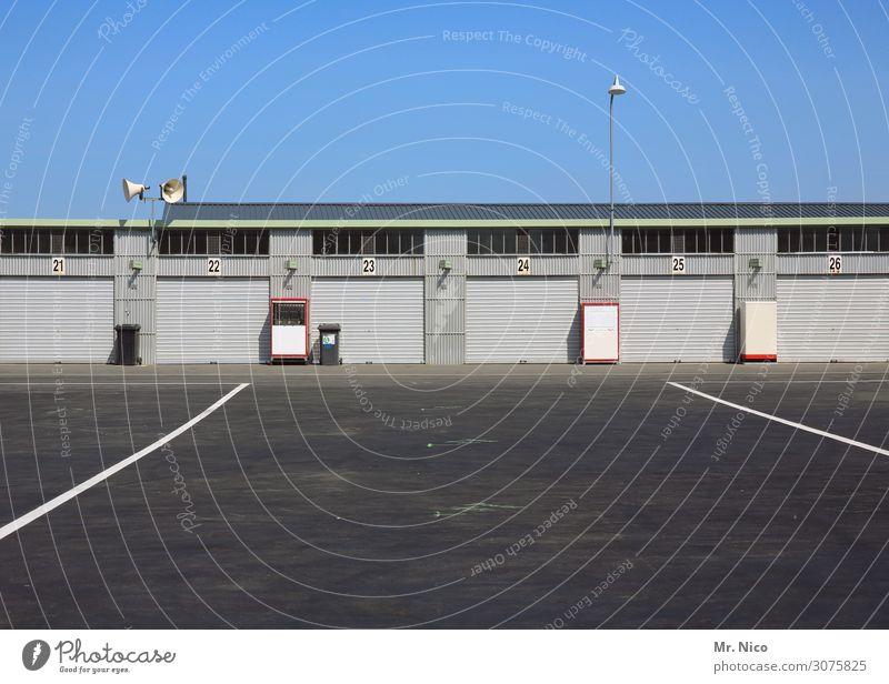 Carage Freizeit & Hobby Arbeit & Erwerbstätigkeit Güterverkehr & Logistik Wolkenloser Himmel Gebäude Garage Garagentor Parkplatz Parkplatzbeleuchtung