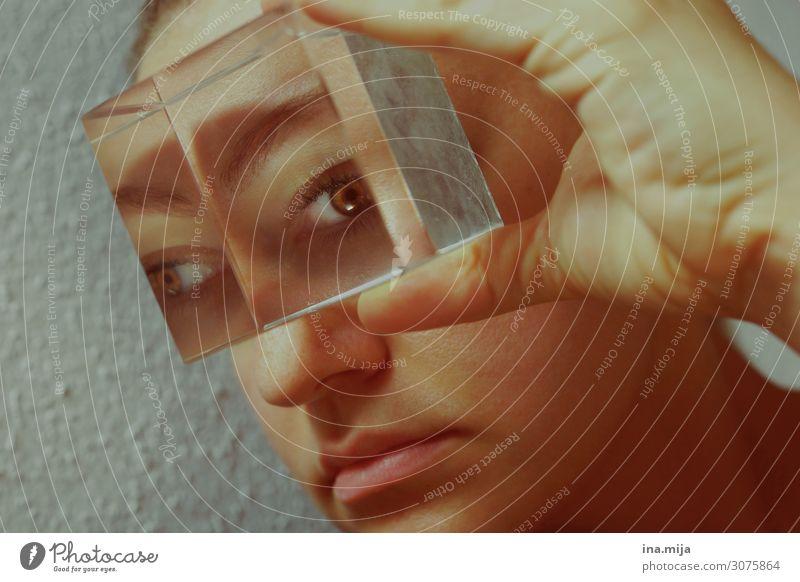 Durchblick II Mensch feminin beobachten bedrohlich Sinnesorgane Zukunft Erscheinung Augenzeuge Momentaufnahme Aussicht Augenheilkunde Augenfarbe Farbfoto
