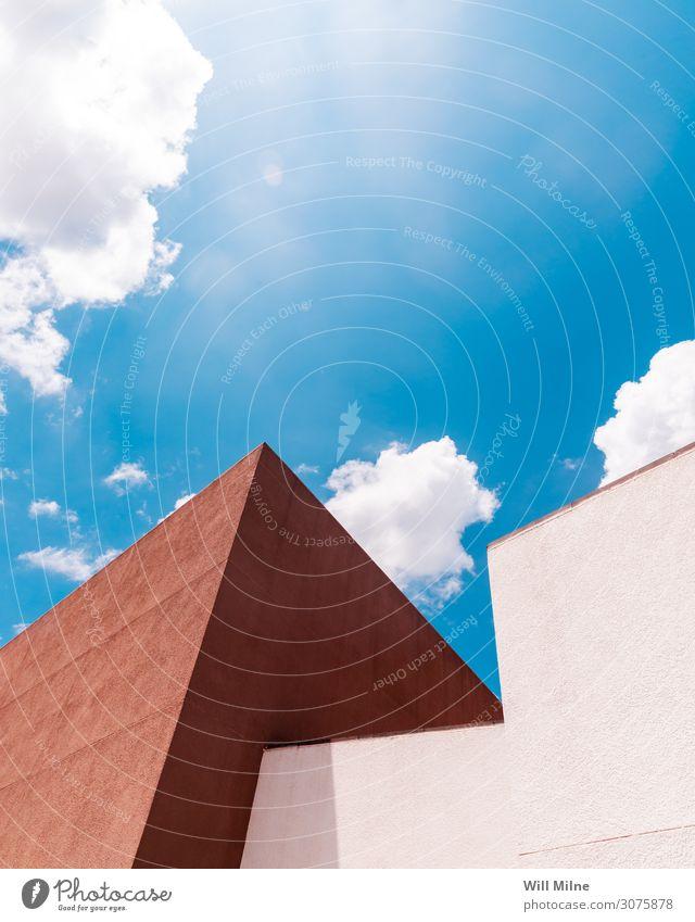 Modernes Gebäude vor bewölktem Himmel Strukturen & Formen modern Ecke Architektur blau braun Wolken