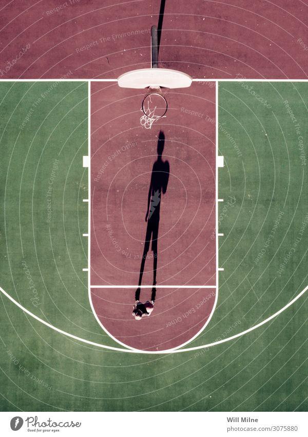 Junge steht an der Freiwurflinie des Basketballplatzes. Schatten Kind Jugendliche Jugendkultur Gerichtsgebäude Stadtleben stehen Ball Spielen Halt schießen