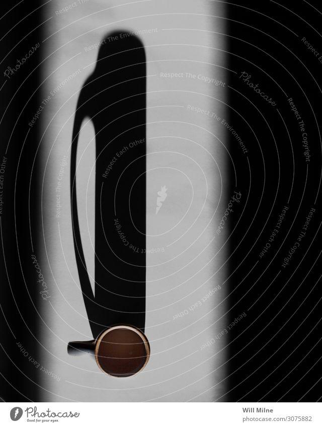 Kaffeetasse, die einen langen Schatten wirft dunkel Morgen Licht Lichterscheinung Tasse Becher Milch Getränk trinken Espresso