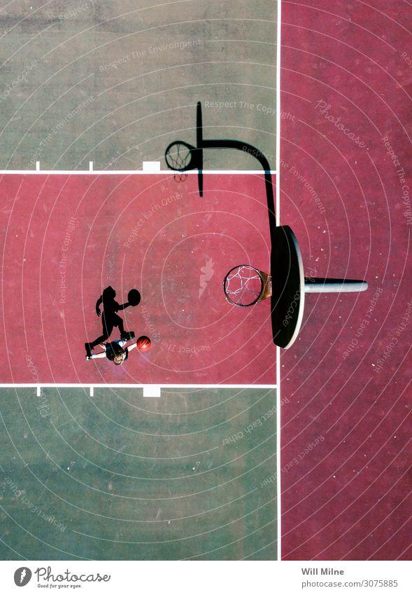 Basketballspieler von oben Ball Spielen Gerichtsgebäude Spieler grün rot Schatten Stadtleben Jugendliche Jugendkultur Außenaufnahme springen Sport