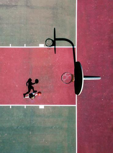 Jugendliche grün rot Sport Spielen Stadtleben springen Jugendkultur Ball Basketball Gerichtsgebäude Spieler