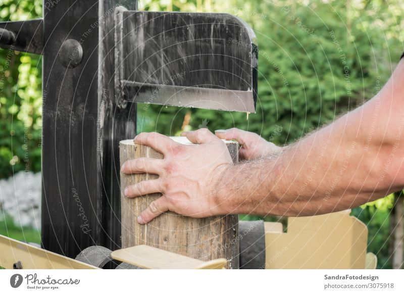 Firewood split with wooden splitter maskulin 1 Mensch Natur Garten Holz Arbeit & Erwerbstätigkeit stark Kraft Splitter splitting machine steel timber work bark