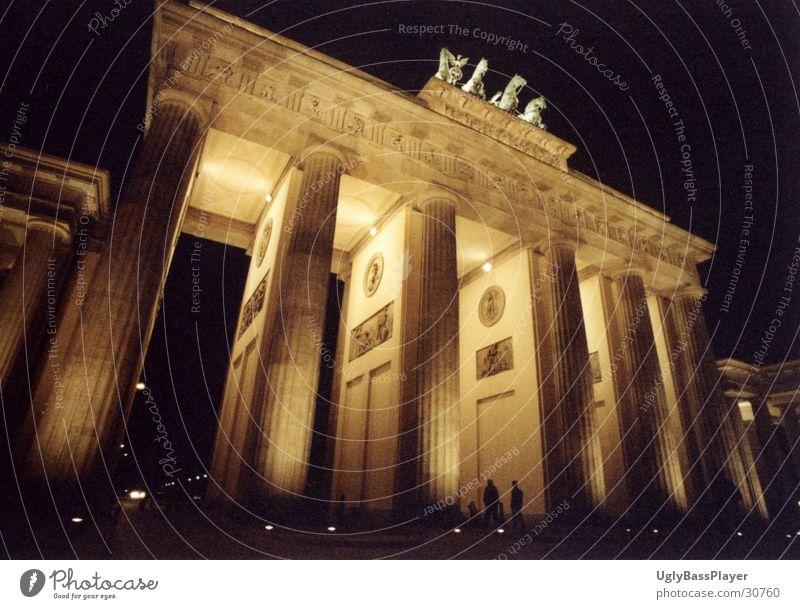 Brandenburger Tor Unter den Linden Nacht Beleuchtung historisch Berlin Kontrast Schatten