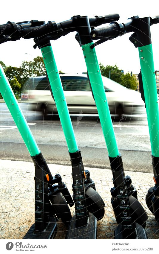 Verkehrsmittel alternativ Berlin Bürgersteig Kleinmotorrad Tretroller Fußweg Individualreise Stadtzentrum Menschenleer stehen Straßenverkehr Textfreiraum