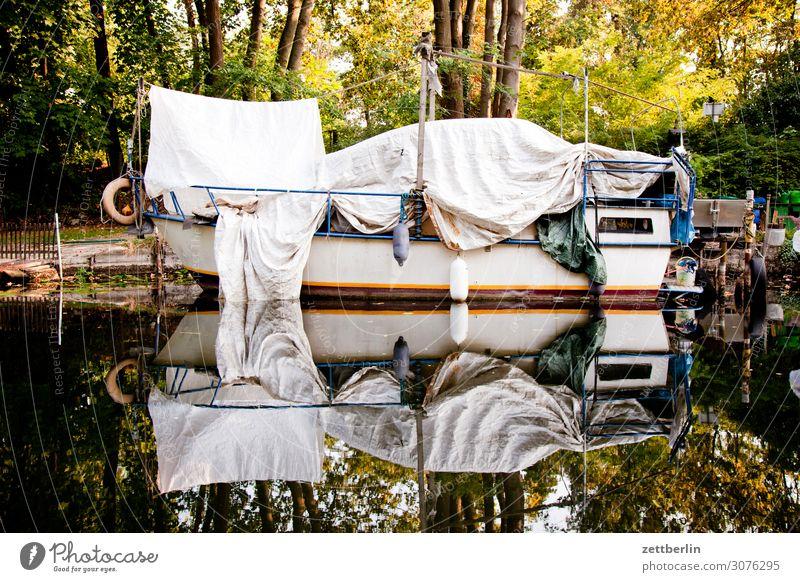 Boot Wasserfahrzeug Kahn Segel Segelboot Hafen Jachthafen winterlager Lager Abdeckung Verdeck zudecken Versteck Schutz Kanal Schifffahrt Spiegelbild