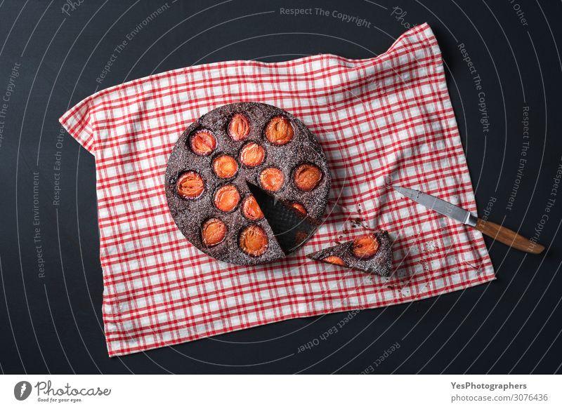 Pflaumenkuchen flach legen. Schokoladenkuchen mit Pflaumen Frucht Dessert Süßwaren Kakao Herbst Fröhlichkeit braun Tradition obere Ansicht Herbstessen backen