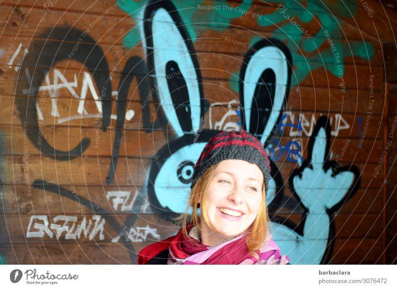 Firlefanz | Hasenohren und Stinkefinger feminin Frau Erwachsene 1 Mensch Gemälde Mauer Wand Fassade Wartehäuschen Mütze Zeichen Schriftzeichen Graffiti lachen