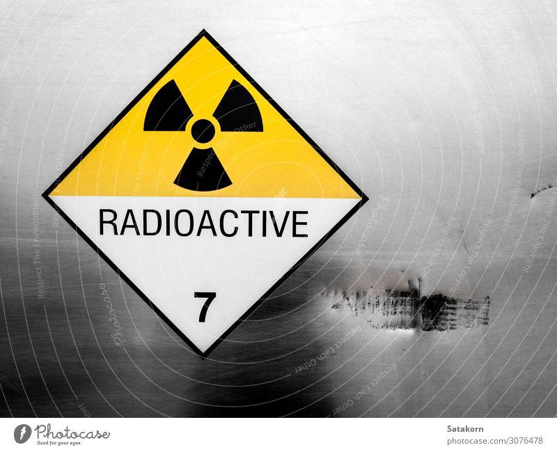 Strahlungswarnschild am Container des Transportwagens Industrie Verkehr Metall Schilder & Markierungen gelb weiß Sicherheit Geborgenheit Vorsicht gefährlich
