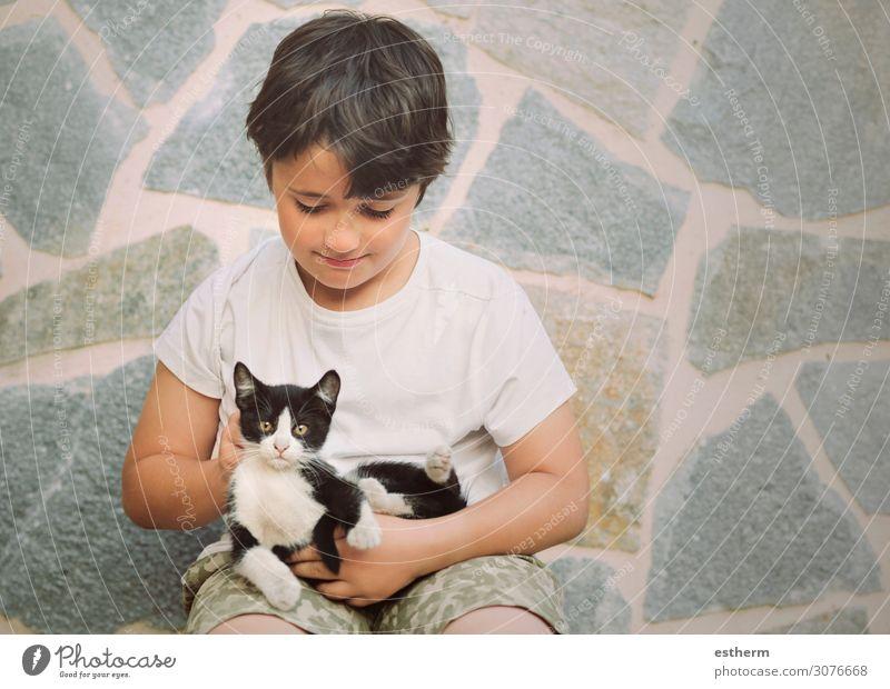 Glückliches Kind beim Spielen mit dem Kätzchen Lifestyle Freude Mensch maskulin Kleinkind Junge Freundschaft Kindheit 1 8-13 Jahre Tier Haustier Katze Lächeln