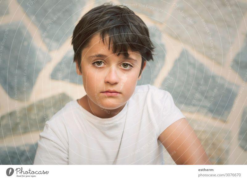 Porträt eines traurigen kleinen Jungen Mensch maskulin Kindheit 1 8-13 Jahre Denken Fitness Traurigkeit trist Wut Gefühle Stimmung Langeweile Sehnsucht