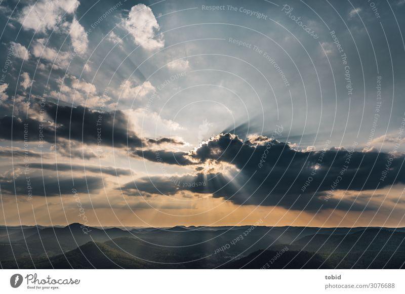 Lichterscheinung am Abend Natur Landschaft Himmel Wolken Horizont Wetter Schönes Wetter Hügel Gipfel Pfälzerwald Unendlichkeit Einsamkeit einzigartig Idylle