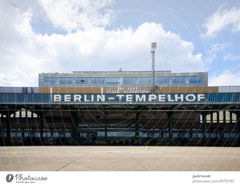 Flughafen Tempelhof Sightseeing Architektur Himmel Wolken Berlin-Tempelhof Abflughalle Sehenswürdigkeit Flugplatz Schriftzeichen Bekanntheit eckig frei