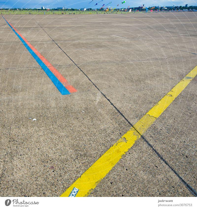 Flugfeld Freude Ferne Umwelt Wege & Pfade braun fliegen oben Stimmung Horizont Linie frei Perspektive Beginn Schönes Wetter einfach Richtung