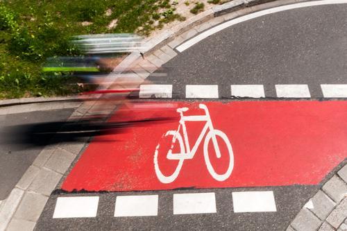 Radweg Freizeit & Hobby Fahrradfahren 1 Mensch Sommer Wiese Verkehr Verkehrsmittel Verkehrswege Straßenverkehr Wege & Pfade Fahrradweg Zeichen Linie Piktogramm