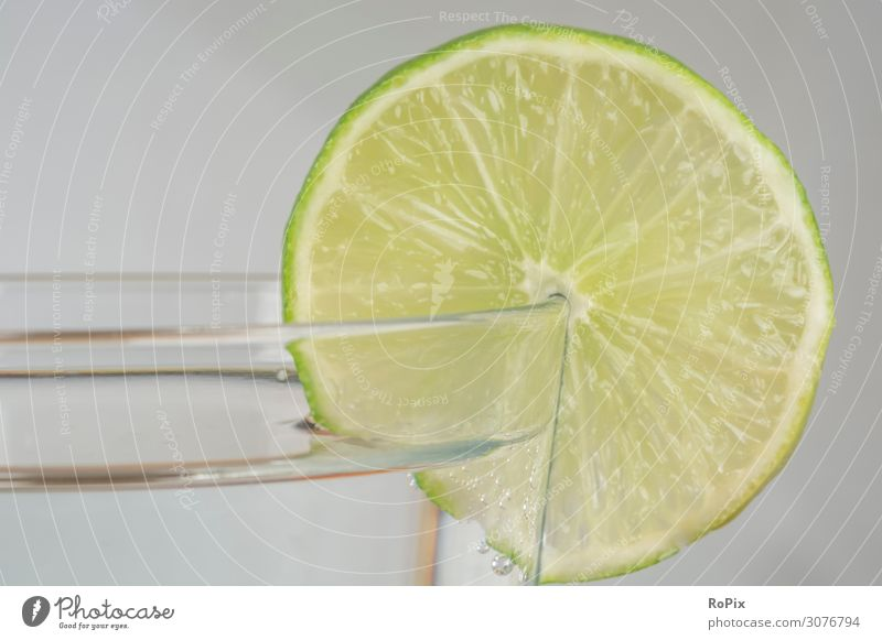 Erfrischendes Getränk mit Limette. Zitrone Zitronen Orangen lemon Zitronensaft Frucht Südfrucht Obst fruit säure acid Vitamine Gesundheit Nahrung food